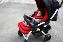 Αγοράκι χαριτωμένο στο κάθισμα περιπατητών παιδιών Στοκ εικόνα με δικαίωμα ελεύθερης χρήσης