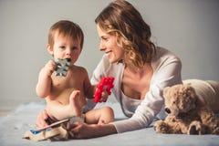 αγοράκι mom στοκ φωτογραφία με δικαίωμα ελεύθερης χρήσης