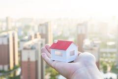 Αγοράστε ένα σπίτι, βάλτε ένα πρότυπο του σπιτιού υπό εξέταση στοκ φωτογραφίες