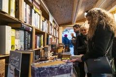 Αγοράστε τα βιβλία σε ένα βιβλιοπωλείο στοκ φωτογραφία