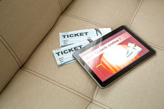 Αγοράστε τα εισιτήρια κινηματογράφων on-line με ένα PC ταμπλετών Στοκ Φωτογραφία
