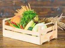 Αγοράστε τα φρέσκα homegrown λαχανικά Ακριβώς από τον κήπο Φρέσκα λαχανικά υπηρεσιών παράδοσης από το αγρόκτημα Συγκομιδή κιβωτίω στοκ φωτογραφίες με δικαίωμα ελεύθερης χρήσης