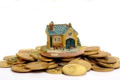 Αγοράστε την έννοια σπιτιών ονείρου σας με το χρυσό σωρό νομισμάτων Στοκ Εικόνες