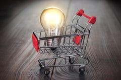 Αγοράστε την έξυπνη έννοια στο ξύλινο υπόβαθρο Στοκ φωτογραφία με δικαίωμα ελεύθερης χρήσης