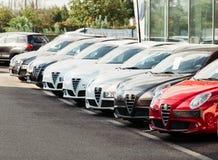 Αγοράστε το νέο αυτοκίνητο - επιλέγοντας από τα αυτοκίνητα σε μια σειρά Alfa Romeo Στοκ φωτογραφίες με δικαίωμα ελεύθερης χρήσης
