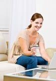 αγοράστε creditcard τα εμπορεύμα&ta Στοκ εικόνα με δικαίωμα ελεύθερης χρήσης