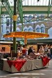 Αγορά δήμων στο Λονδίνο με τους πελάτες και τα καταστήματα κάτω από έναν ηλιόλουστο ουρανό Στοκ Εικόνες