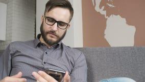 Αγορά ατόμων on-line από την πιστωτική τραπεζική κάρτα smartphone απόθεμα βίντεο