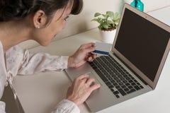 Αγορά γυναικών on-line με την πιστωτική κάρτα Στοκ Εικόνες
