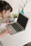 Αγορά γυναικών on-line με την πιστωτική κάρτα Στοκ Φωτογραφίες