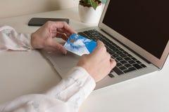 Αγορά γυναικών on-line με την πιστωτική κάρτα Στοκ φωτογραφία με δικαίωμα ελεύθερης χρήσης