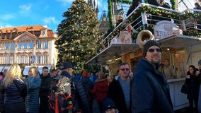 Αγορά εμφάνισης Χριστουγέννων στην παλαιά πλατεία της πόλης, Πράγα απόθεμα βίντεο