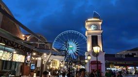 Αγορά νύχτας ροδών Ferris στοκ φωτογραφία με δικαίωμα ελεύθερης χρήσης