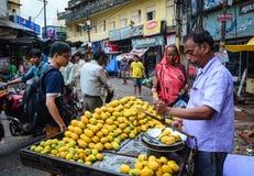 Αγορά οδών στο Varanasi, Ινδία Στοκ Εικόνες