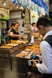 Αγορά προμηθευτών τροφίμων οδών Χονγκ Κονγκ τη νύχτα στοκ φωτογραφία