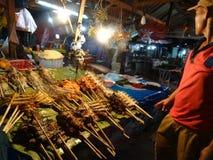 Αγορά στάβλων τροφίμων τη νύχτα, Luang Prabang, Λάος Στοκ Εικόνες