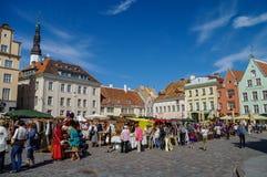 Αγορά τεχνών θερινών χεριών στο τετράγωνο Δημαρχείων (Raekoja Plats) μέσα Στοκ φωτογραφίες με δικαίωμα ελεύθερης χρήσης