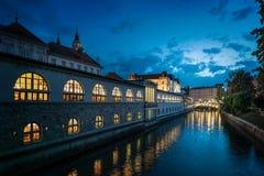 Αγορά του Λουμπλιάνα arcade στον ποταμό Ljubljanica Λουμπλιάνα, ΚΑΠ Στοκ Φωτογραφία