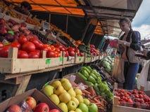 Αγορά των λαχανικών στην αγορά αγροτών Ρωσία Γκάτσινα Φθινόπωρο 2017 Στοκ φωτογραφίες με δικαίωμα ελεύθερης χρήσης