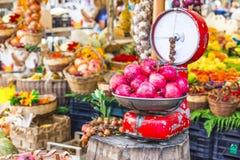 Αγορά φρούτων με τις παλαιές κλίμακες και το γρανάτη Στοκ Εικόνες