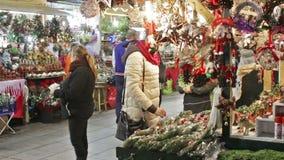Αγορά Χριστουγέννων κοντά στον καθεδρικό ναό απόθεμα βίντεο