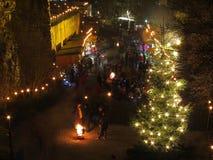 Αγορά Χριστουγέννων με τους ανθρώπους στο κάστρο τή νύχτα Στοκ φωτογραφίες με δικαίωμα ελεύθερης χρήσης