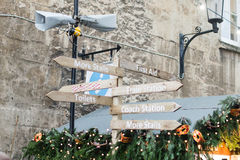 Αγορά Χριστουγέννων λουτρών - σημάδι τουριστών Στοκ Εικόνες