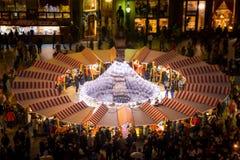Αγορά Χριστουγέννων στην κύρια πλατεία της Μπρατισλάβα στο σούρουπο, Σλοβακία στοκ εικόνα