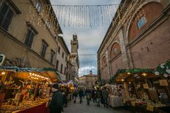 Αγορά Χριστουγέννων στην παλαιά αλέα του μεσαιωνικού χωριού Montepulciano στην Τοσκάνη Στοκ εικόνες με δικαίωμα ελεύθερης χρήσης