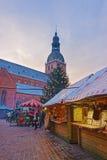 Αγορά Χριστουγέννων στην παλαιά Ρήγα στο σούρουπο Στοκ Φωτογραφία