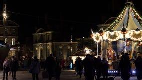 Αγορά Χριστουγέννων στη Γαλλία με τους ενηλίκους και τα παιδιά πλησίον εύθυμος-πηγαίνω-γύρω από φιλμ μικρού μήκους