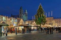 Αγορά Χριστουγέννων στο κύριο τετράγωνο του Λιντς στο σούρουπο, Αυστρία στοκ φωτογραφία