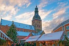 Αγορά Χριστουγέννων στο τετράγωνο θόλων στην παλαιά Ρήγα (Litvia) Στοκ Εικόνες