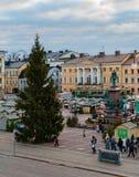 Αγορά Χριστουγέννων στο τετράγωνο Συγκλήτου το πρωί Άποψη από τον καθεδρικό ναό του Ελσίνκι στοκ φωτογραφία