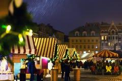Αγορά Χριστουγέννων στο χιόνι στο τετράγωνο θόλων στη Ρήγα στοκ εικόνες