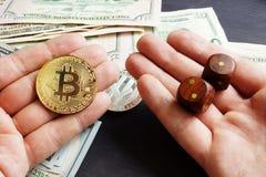 Αγορά Cryptocurrency Το άτομο κρατά Bitcoin και χωρίζει σε τετράγωνα Crypto χρηματιστήριο στοκ φωτογραφία με δικαίωμα ελεύθερης χρήσης