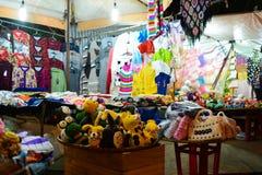 Αγορά DA Lat, Βιετνάμ καταστημάτων ντουλαπιών τη νύχτα Στοκ Εικόνα
