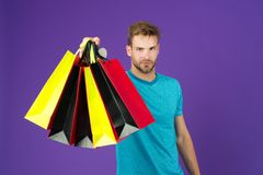 Αγορές ή πώληση και cyber Δευτέρα Άτομο με τις τσάντες αγορών στο ιώδες υπόβαθρο Φαλλοκράτης με τις ζωηρόχρωμες τσάντες εγγράφου  στοκ φωτογραφία με δικαίωμα ελεύθερης χρήσης