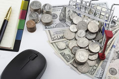 Αγορές αγάπης (νομίσματα και χαρτονομίσματα αμερικανικών δολαρίων) Στοκ εικόνα με δικαίωμα ελεύθερης χρήσης