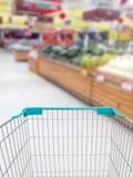 Αγορές για μερικά φρούτα και λαχανικά στην υπεραγορά με το κατάστημα στοκ εικόνες με δικαίωμα ελεύθερης χρήσης