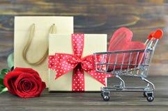 Αγορές δώρων ημέρας βαλεντίνων στοκ φωτογραφία με δικαίωμα ελεύθερης χρήσης