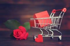 Αγορές δώρων ημέρας βαλεντίνων στοκ φωτογραφίες με δικαίωμα ελεύθερης χρήσης
