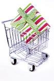 αγορές δώρων κάρρων κιβωτί&omeg Στοκ φωτογραφία με δικαίωμα ελεύθερης χρήσης