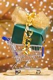 αγορές δώρων Χριστουγέννων κάρρων Στοκ φωτογραφία με δικαίωμα ελεύθερης χρήσης