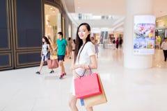 αγορές κεντρικών κοριτσ&iot στοκ φωτογραφία με δικαίωμα ελεύθερης χρήσης