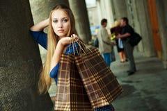 αγορές κοριτσιών τσαντών Στοκ εικόνες με δικαίωμα ελεύθερης χρήσης