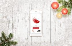 Αγορές με το έξυπνο τηλέφωνο κατά τη διάρκεια του χρόνου Χριστουγέννων Στοκ εικόνα με δικαίωμα ελεύθερης χρήσης