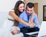 Αγορές οικογενειακού προγραμματισμού και έλεγχος των τιμών on-line Στοκ εικόνα με δικαίωμα ελεύθερης χρήσης
