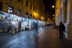 Αγορές οδών στη Ρώμη τη νύχτα Στοκ Εικόνες