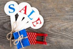 Αγορές πώλησης Χριστουγέννων Κόκκινο σύνολο ελκήθρων των κιβωτίων δώρων Στοκ φωτογραφία με δικαίωμα ελεύθερης χρήσης